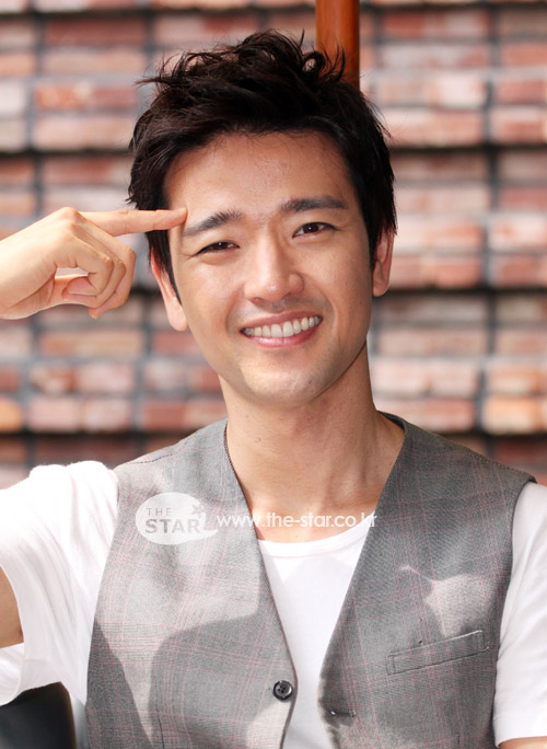 The 41-year old son of father Park Tae-soo and mother(?), 180 cm tall Bae Su Bin in 2018 photo