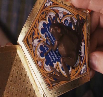 Es una rana de chocolate de las que salen en toda la saga de películas de Harry potter