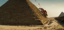 Devastator beklimpt de piramide.png