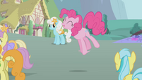Pinkie Pie singing S1E3