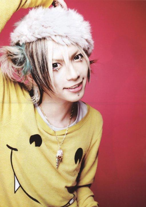 http://img4.wikia.nocookie.net/__cb20130410000211/visualkei/es/images/c/c8/Takeru-SuG-takeru-sug-27609082-511-720.jpg