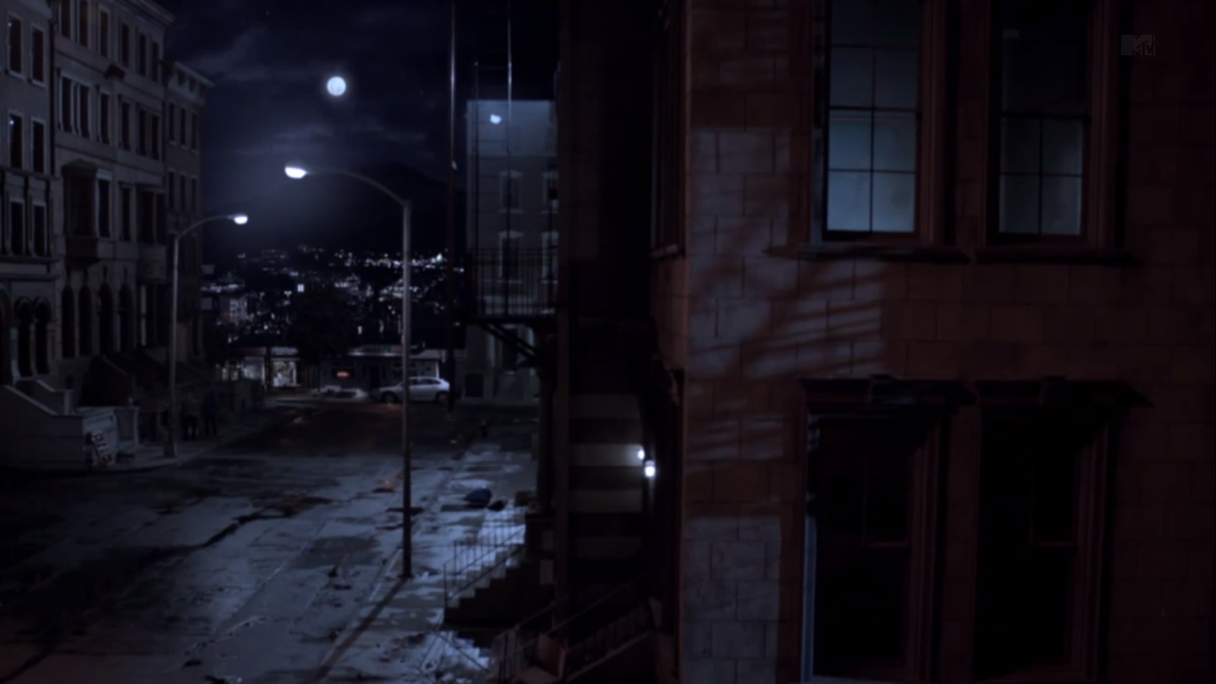 Centrum města Teen_Wolf_Season_3_Episode_1_Beacon_Hills_Street_Night