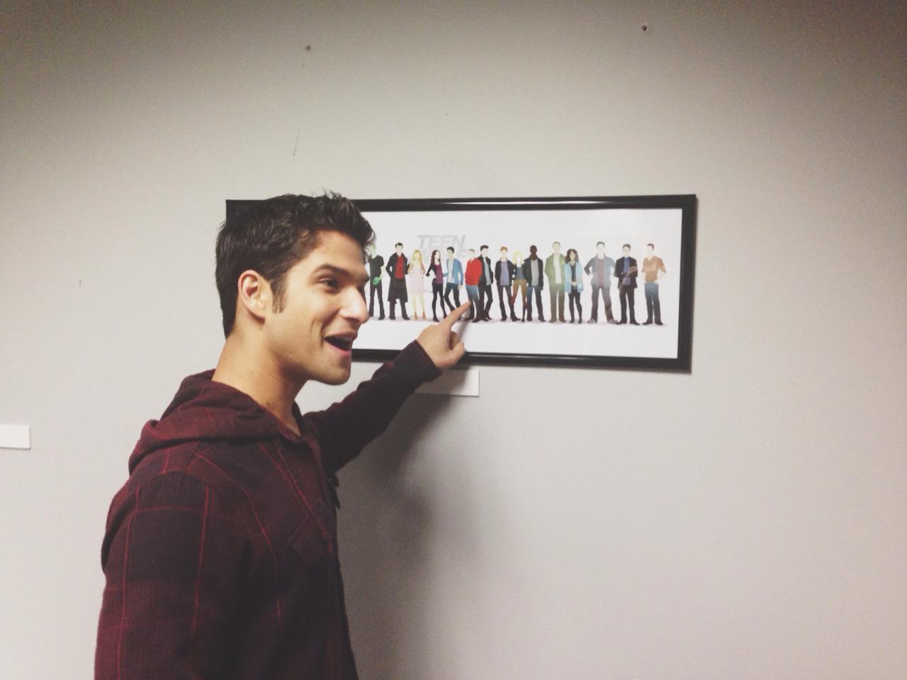 Teen Wolf Season 3 Behind The Scenes Tyler Posey With Fan Art In Northridge Hq