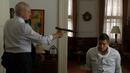 1x08 - Kohl apunta a Reese.png