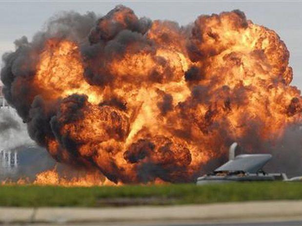 REPARACIÓN DE ARMADURAS - FRAGUA DE LA CORONA SOLAR - Página 4 Avion-explosion.