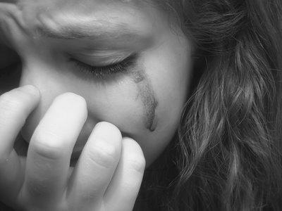 Chica azotada con paleta llorando