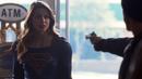 Supergirl habla con un ladrón en una tienda.png