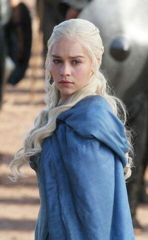 http://img4.wikia.nocookie.net/__cb20130127151115/gameofthrones/images/thumb/6/62/Daenerys_S3.jpg/297px-Daenerys_S3.jpg